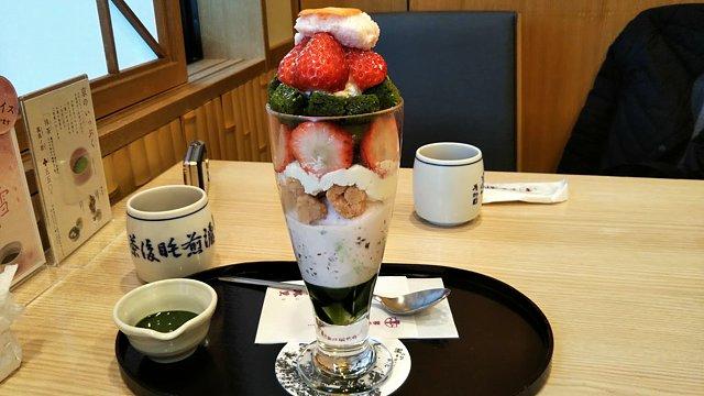 茶寮都路里桜味のパフェ